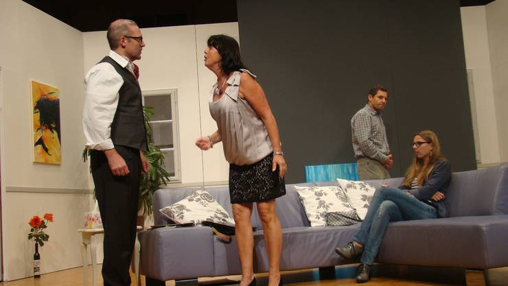 Kein Pardon: Doro stellt ihren Mann Maurice zur Rede – beobachtet von Heinrich und Manuela. ari