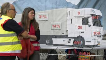 Aktivistinnen- und Aktivisten der Alpeninitiative haben schon vor anderthalb Jahren mit einer Petition  mehr Lastwagenkontrollen im Transitverkehr gefordert. (Archivbild)