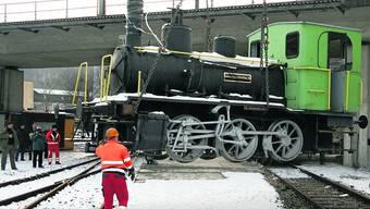 Das «Tigerli» wird auf seinen neuen Standplatz unter dem Südbahnviadukt gehievt.  Foto: pmn