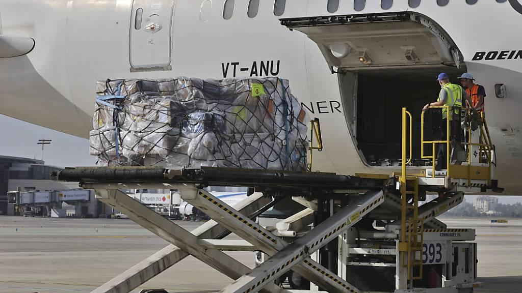 Arbeiter verladen am Flughafen Ben Gurion in Israel medizinische Hilfsgüter in ein Flugzeug der Air India. Indien hat seit Pandemiebeginn mehr als 20 Millionen Corona-Infektionen registriert und ist zunehmend auf ausländische Hilfe angewiesen. Foto: Menahem Kahana/Pool AFP/AP/dpa