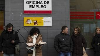 Die Krise ist nicht vorbei - Warten beim Arbeitsamt (Archiv)