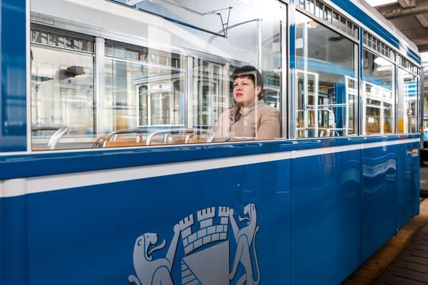 Sarah Lüssi, Leiterin des Zürcher Tram-Museums, mit der Limmattal-Strassenbahn vor dem Tram-Museum.