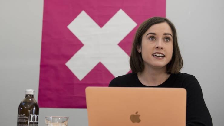 Laura Zimmermann, Co-Präsidentin Operation Libero, lancierte den Abstimmungskampf gegen die No-Billag-Volksinitiative am Montag mit einer Fahne.