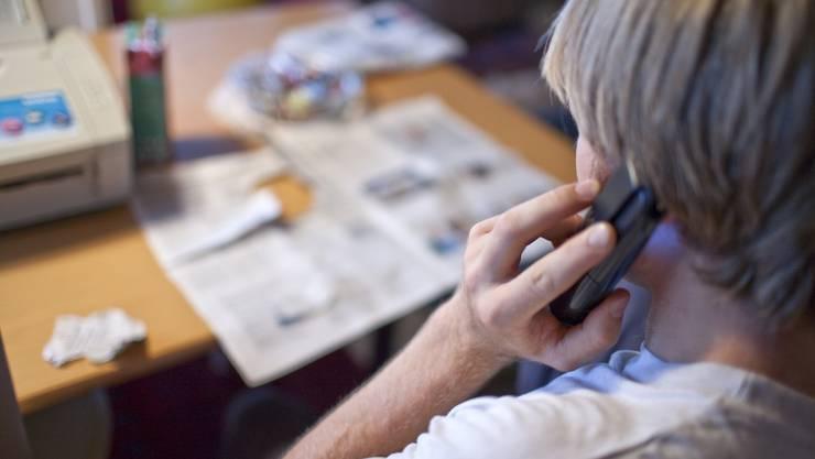 Die Betrüger kontaktieren Verkaufsfilialen telefonisch. (Symbolbild)
