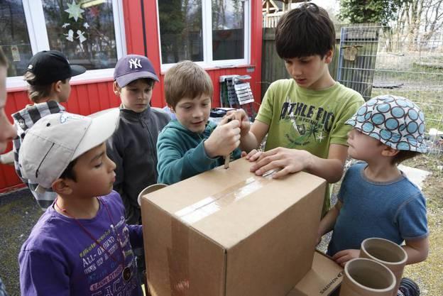 Mit viel Fantasie bauen die Kinder aus Kartonresten eine Burg