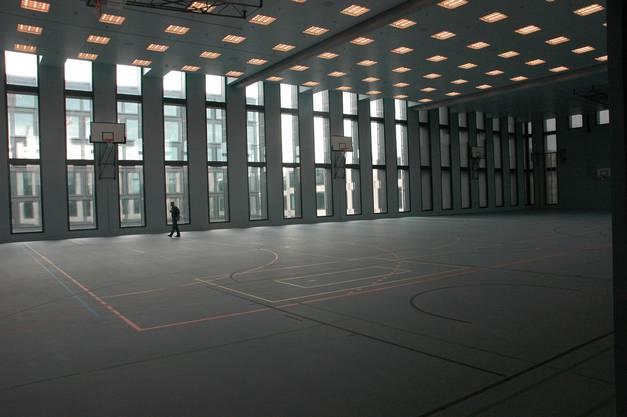 Blick in die Dreifachturnhalle zuoberst im neuen Campus der PHZH