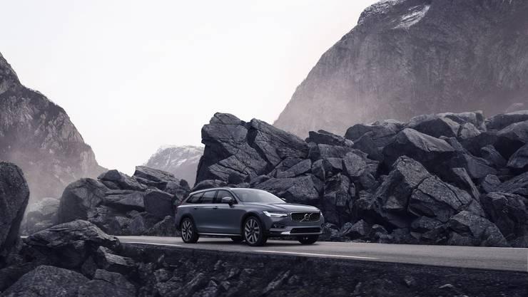 Mit der optischen Modernisierung des S90 und V90 (hier der V90 Cross Country) hält auch Volvos Mild-Hybrid System bei den Modellen Einzug.