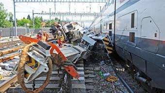 Baukran kippt beim Bahnhof Zürich-Oerlikon auf Personenzug