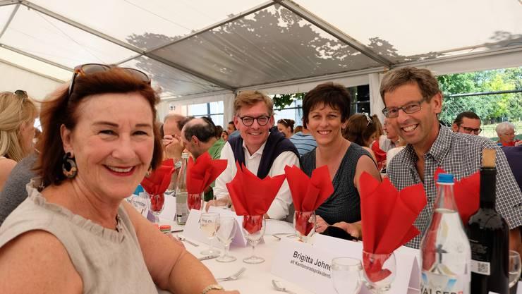 Fröhliche Stimmung am wichtigsten Tisch: die Urdorfer alt Kantonsratspräsidentin Brigitta Johner (FDP), Gemeinderat Thomas Hächler (FDP), die neue Schulpräsidentin Irmgard Struchen (CVP) und der alt Schulpräsident Stefan Zehnder (parteilos).