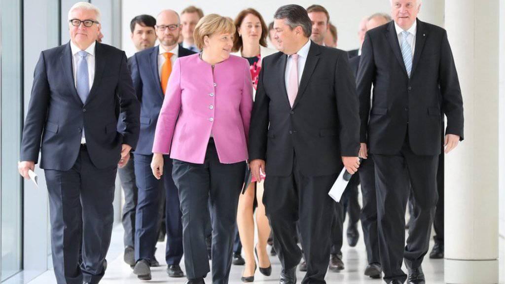 Bundeskanzlerin und CDU-Chefin Angela Merkel am Mittwoch in Berlin beim gemeinsamen Auftritt mit dem CSU-Chef Horst Seehofer (r.), dem SPD-Vorsitzenden Sigmar Gabriel (2.v.r.) und Aussenminister Frank-Walter Steinmeier (SPD).