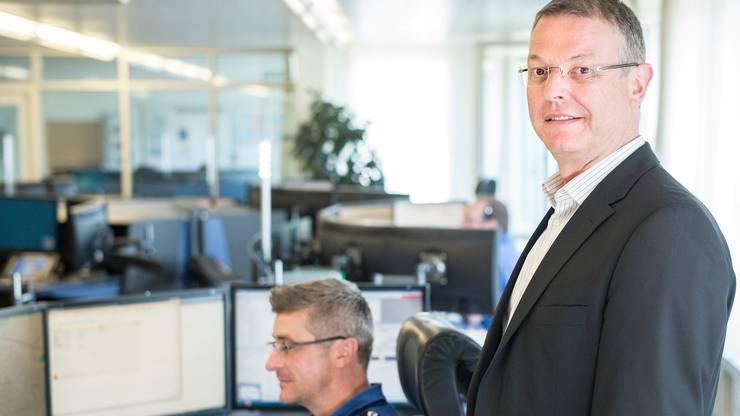 Mark Burkhard in der Einsatzzentrale der Baselbieter Polizei in Liestal: Künftig will er noch mehr seiner Polizisten auf der Strasse im Einsatz haben.