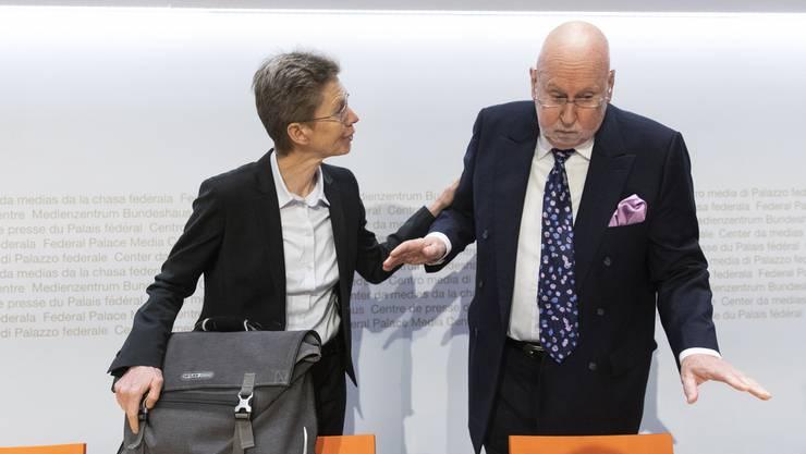 Carl Baudenbacher (rechts) diskutiert mit Astrid Epiney, Professorin für Völkerrecht, Europarecht und schweizerisches öffentliches Recht vor einer Anhörung der aussenpolitischen Kommission des Nationalrats (APK-N) zum institutionellen Abkommen Schweiz-EU im Januar 2019.