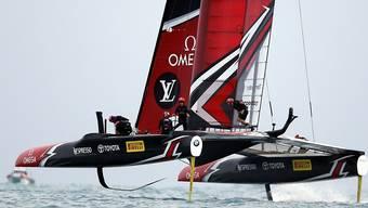 Emirates Team New Zealand fliegt übers Meer Richtung Final.