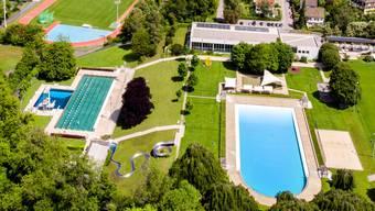 Der Blick von oben zeigt unter anderem das 1931 erbaute Terrassenbad, die Sportanlage Aue, etwas weiter hinten die Kantonsschule Baden und die imposante Hochbrücke über der Limmat.