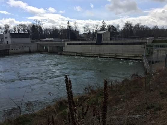 Das künftige Wasserkraftwerk der Eniwa wird aussehen wie das Kraftwerk Rüchlig (rechts das flache Turbinenhaus).