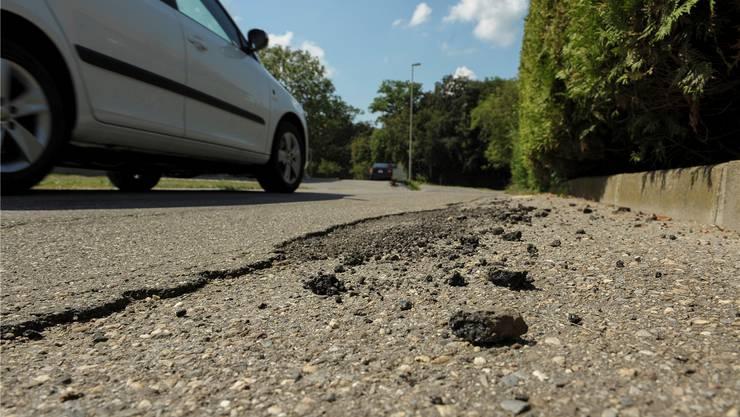 Die Hauptstrasse in Seltisberg befindet sich abschnittsweise in einem beklagenswerten Zustand. Martin Töngi