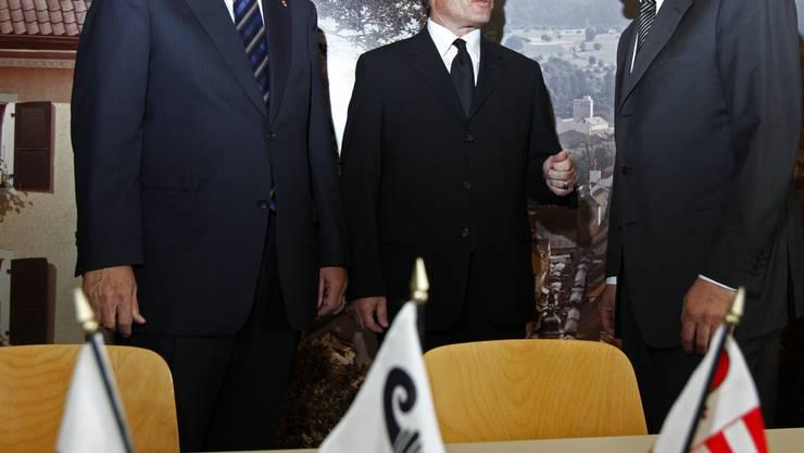 Drei Musketiere: Die Regierungsräte Peter Zwick (Baselland, l.) und Christoph Brutschin (Basel-Stadt, r.) nehmen ihren jurassischen Amtskollegen Michel Probst in ihrer Mitte auf.