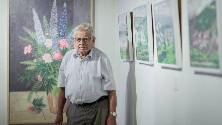 Werner Döbeli inmitten seiner Bilder: Blumen gehören zu den Lieblingsmotiven des ehemaligen Obergärtners. Chris Iseli