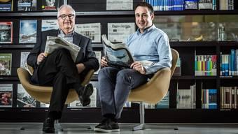 Fasziniert vom Lesen und vom Schreiben: Hans und Andreas Fahrländer in der Zeitungsecke der Aargauischen Kantonsbibliothek in Aarau.