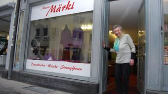 Hereinspaziert! Adelheid Herzig ist 91 Jahre alt und steht noch täglich in ihrem Trikot-Laden.  deborah balmer
