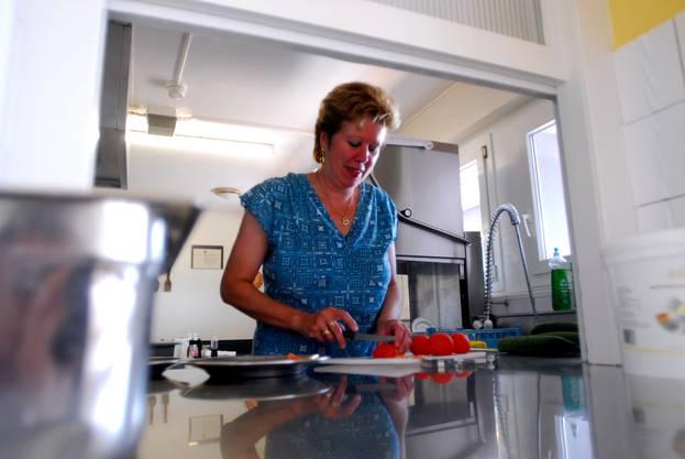 Carine hilft in der Küche, wenn sie nicht grade das Haus unterhält.