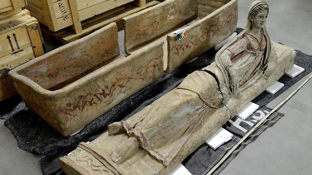 Unter den kostbaren Gütern befand sich auch dieser Sarkophag, dessen Deckel eine liegende Frau zeigt.