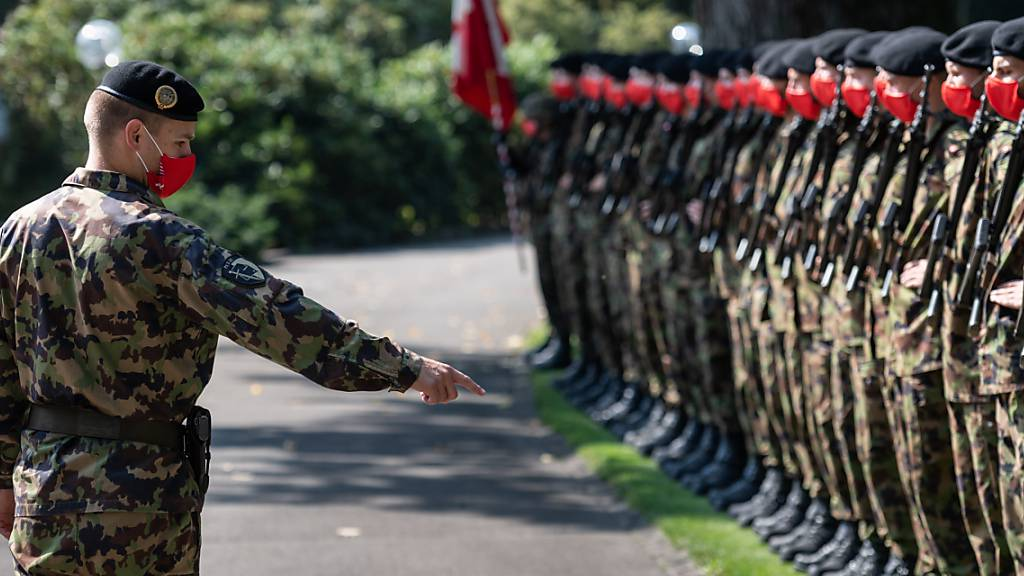 Dienst mit Schutzmaske: Die Ehrengarde der Schweizer Armee beim Besuch des österreichischen Bundeskanzlers Sebastian Kurz in Kehrsatz BE. (Archivbild)