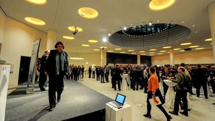 Neujahrsempfang der Handelskammer: Blick in das Foyer der UBS. Unter den rund 750 Anwesenden war auch eine designierte Regierungsrätin zu entdecken: Elisabeth Ackermann, nach der Begrüssung durch den HKBB-Präsidenten Thomas Staehelin. Martin Töngi