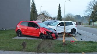 Folgen des Exzesses: Drei beschädigte Autos, zwei Bäume weniger.