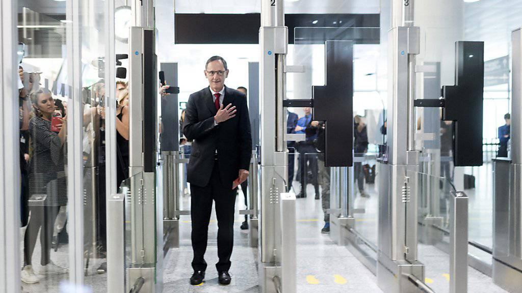 Der Zürcher Regierungsrat Mario Fehr passiert die automatisierte Passkontrolle am Flughafen Zürich.
