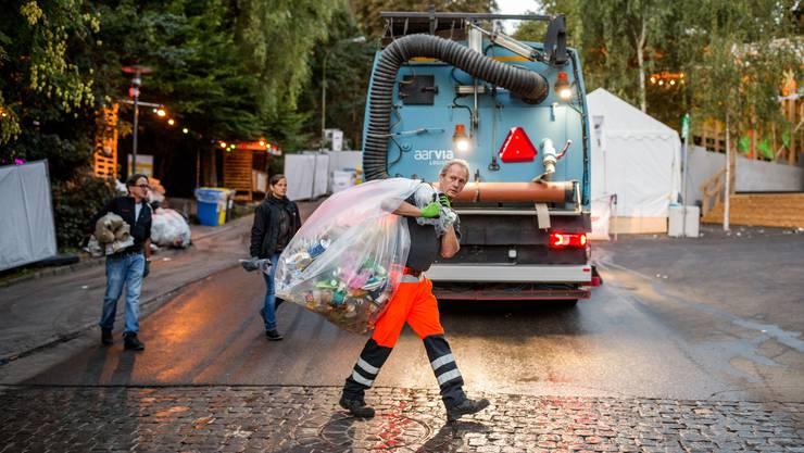 Werkhof-Mitarbeiter Markus Muff stellt im Graben einen Abfallsack an die richtige Stelle.