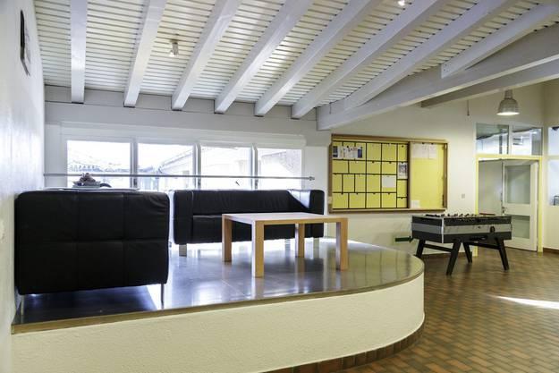Ein Tischfussballkasten steht im Aufenthaltsraum im alten Bereich des Massnahmenzentrum Uitikon
