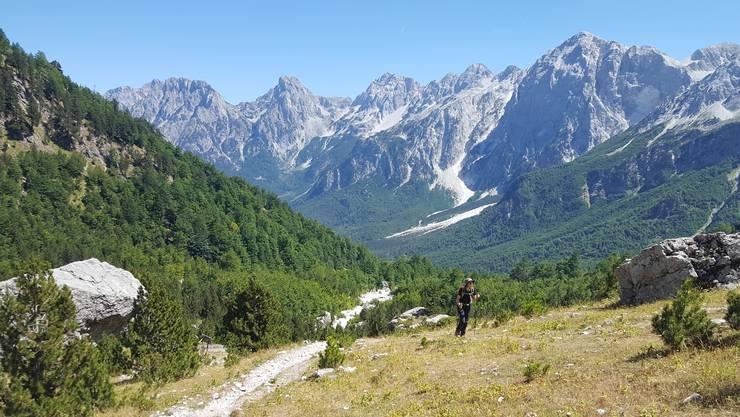 Der höchste Berggipfel Nordalbaniens liegt auf knapp 2700 Metern über Meer. Gewandert wird meist auf Hirtenwegen oder Eselspfaden.
