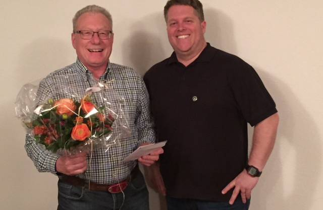 links: mit Blumen zurücktretender Präsident und neues Ehrenmitglied Roman Berger Oberbuchsiten rechts neuer Präsident Daniel Berger Kestenholz