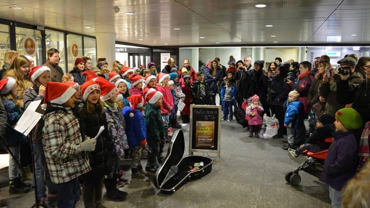 Der Ad-Hoc Kinderchor reisst die Menschen in der Brugger Bahnhofsunterfühgung mit