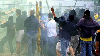Fussballfans und Tränengas (Symbolbild)