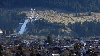 Die Schanze in Oberstdorf inmitten grüner Matten