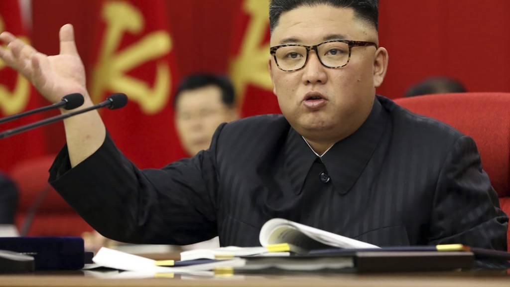 Auf diesem von der nordkoreanischen Regierung zur Verfügung gestellten Foto spricht Nordkoreas Führer Kim Jong Un während einer Versammlung der Arbeiterpartei in Pjöngjang. Foto: Uncredited/KCNA via KNS/dpa