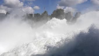 Brodelnde Gischt und zauberhafter Wassernebel: So schön kann Hochwasser sein.