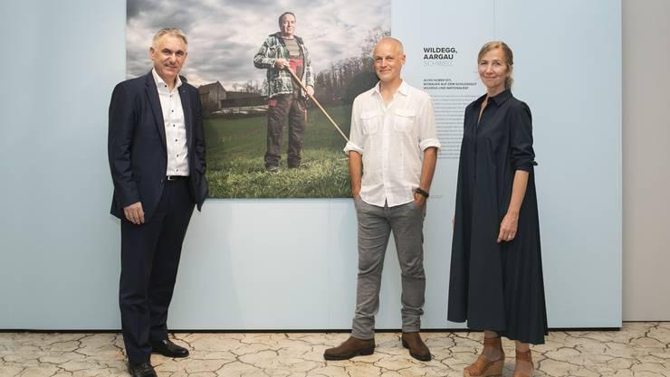 Kulturdirektor Alex Hürzeler mit dem Fotografenpaar Monika Fischer und Mathias Braschler - sie haben Menschen fotografiert, die besonders akut von den Folgen des Klimawandels betroffen sind - unter anderem der Aargauer Nationalrat und Landwirt Alois Huber (Bild hinten).