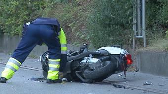 Der Autolenker hatte beim Verlassen einer Ausfahrt den Rollerfahrer auf der Strasse übersehen. Der entstandene Sachschaden beläuft sich auf mehrere Tausend Franken. (Themenbild)