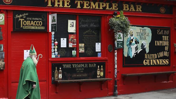 Pubs und Bars bleiben in Irland entgegen früheren Plänen vorerst weiter geschlossen. Die Eindämmung des Coronavirus hat laut der irischen Regierung Priorität. (Archivbild)