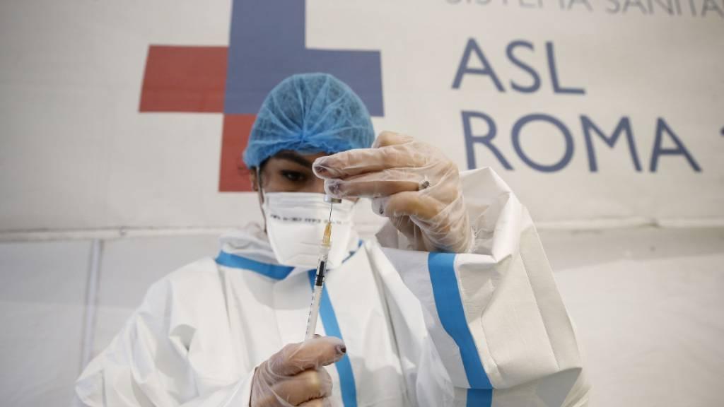 Eine medizinische Mitarbeiterin befüllt in Rom eine Spritze mit dem Corona-Impfstoff von Pfizer/Biontech. Foto: Cecilia Fabiano/LaPresse via ZUMA Press/dpa