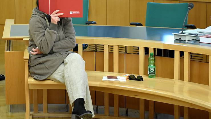 Die angeklagte Besitzerin eines Rottweilers vor Beginn der Gerichtsverhandlung in Wien, nachdem ein 17 Monate alter Bub nach einem Biss des Hundes gestorben war.