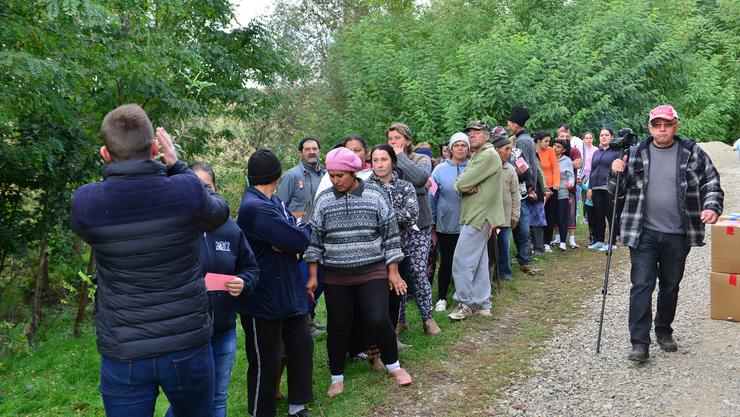 Martin Hug (ganz rechts) mit Einwohnern von Preutesti im Nordosten Rumäniens, die auf die Verteilung von Hilfsgütern warten.