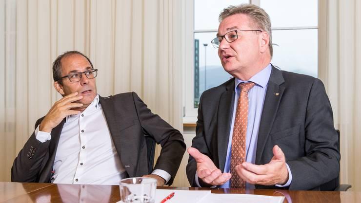 Adrian Schmitter (CEO des Kantonsspitals Baden, links) muss zur Kenntnis nehmen, dass Robert Rhiner (CEO des Kantonsspitals Aarau, rechts) den Vertrag über das gemeinsame Orthopädie-Zentrum gekündigt hat. (Archivbild)