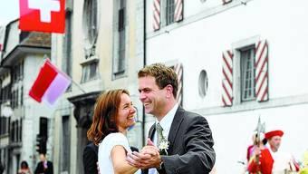 Ehre, Wem Ehre Gebührt: 1008 Franken haben die Brüder dafür bezahlt, Patrick Schwaller mit und Frau Cornelia als Vortänzerpaar tanzen zu sehen.
