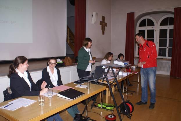 Präsidentin Vera Barritt im Gespräch mit einem Teilnehmer