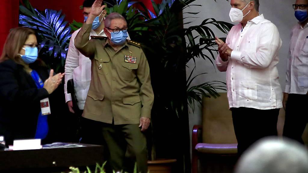 Raul Castro (M.), Erster Sekretär der Kommunistischen Partei und ehemaliger Präsident, winkt, während der kubanische Präsident Miguel Diaz-Canel (r) im Kongresspalast applaudiert. Foto: Ariel Ley Royero/ACN/dpa