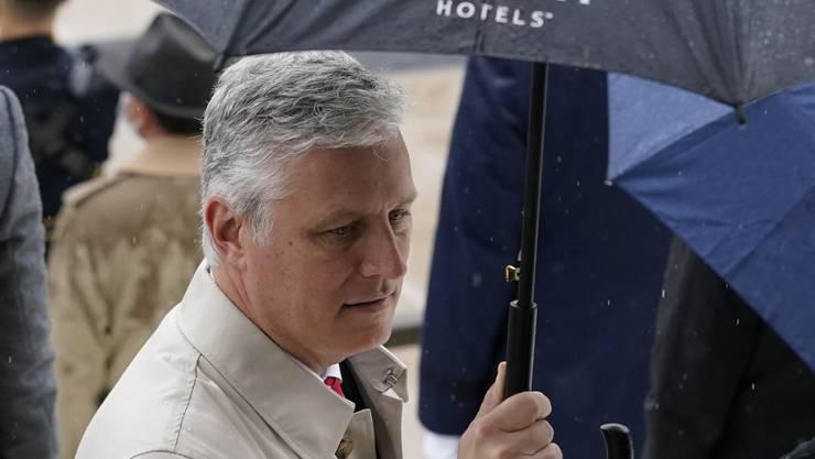 Robert O'Brien, Nationaler Sicherheitsberater des US-Präsidenten Trump, mit Regenschirm mit dem Logo «Trump Hotels». Foto: Patrick Semansky/AP/dpa